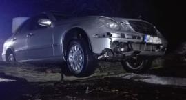 Samochód zawisł na drzewie. Akcja straży w Łomiankach [ZDJĘCIA]