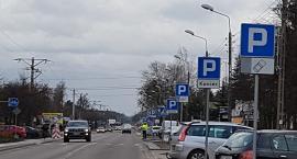 Główna ulica Łomianek po remoncie. To są dopiero dobrze oznakowane miejsca parkingowe...