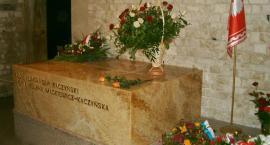 Chcą przeniesienia grobu Kaczyńskich na Powązki. Petycja podpisana przez niemal 11 tys. osób