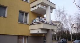 Gocław: plasikowe torby z nieczystościami i robactwem sięgają pierwszego piętra...