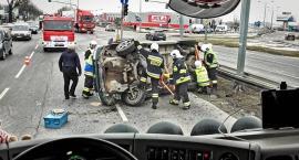 Auto leżące na boku blokowało ruch w stronę Warszawy... [ZDJĘCIA]