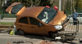 Samochód zawisł na barierkach na Powstańców Śląskich [ZDJĘCIA i FILM]