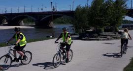 Rowerowe patrole straży miejskiej na plaży, w parkach i przy szkołach