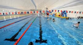 Miejskie pływalnie gotowe na lato. Gdzie najlepiej się wybrać?