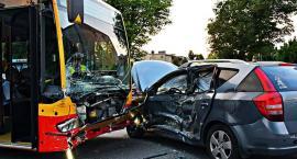 Zderzenie samochodu z autobusem. Trzy osoby w szpitalu [ZDJĘCIA]