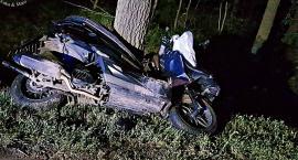 Zderzył się z autem, potem uderzył w drzewo... Kierujący skuterem nie żyje [ZDJĘCIA]