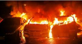 Przy Białostockiej spłonęły trzy samochody [ZDJĘCIA]