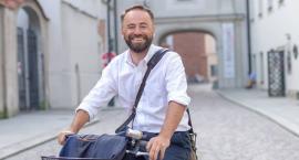 Michał Olszewski miał wypadek. Mokotowskie śmieci teraz w rękach Marcina Wojdata