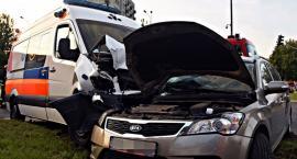 Zderzenie karetki z autem osobowym. 9 osób poszkodowanych [ZDJĘCIA]