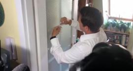 Komu skleił szybę w drzwiach Trzaskowski? Kolejna wpadka kandydata?