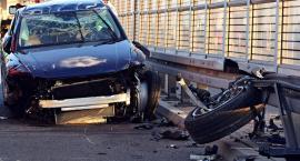 Groźny wypadek na S2 - auto na barierach [ZDJĘCIA]