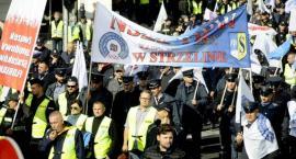 Trwa protest służb mundurowych - 20 tys. osób na ulicach miasta [ZDJĘCIA]