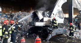 Pożar koparki w sortowni śmieci. Straż publikuje zdjęcia