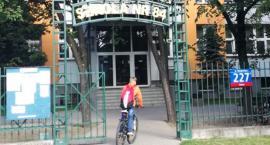 Na Targówku tłumy w lokalach wyborczych. Kolejki po karty liczą po kilkadziesiąt osób