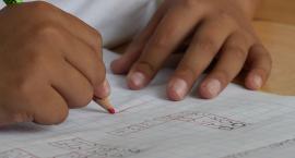 Rodzice przeciwni jedynkom za brak pracy domowej. To niezgodne z Konstytucją?