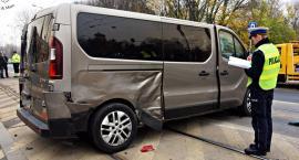 Samochód na boku. Jedna osoba ranna [ZDJĘCIA]