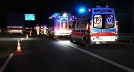 Wjechał w odgrodzony teren wypadku, uderzył w strażaka, straszył znajomościami w policji