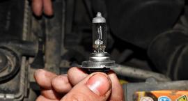 Mechanik, który po godzinach wymienił w aucie żarówkę wygrał ze skarbówką
