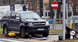 Pułkowa: Zasłabł za kierownicą, ściął sygnalizator, wjechał na chodnik...[ZDJĘCIA]