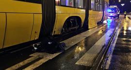 Potrącony przez samochód wpadł pod tramwaj...