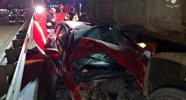 Auto wbiło się ciężarówkę - tragedia na trasie Siekierkowskiej [ZDJĘCIA]