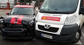 Zderzenie samochodu Poczty Polskiej z Mini Cooperem [ZDJĘCIA]