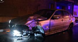 BMW ścięło latarnię, kierowca trafił do szpitala [ZDJĘCIA]