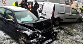 Dwie osoby ranne w czołowym zderzeniu aut [ZDJĘCIA]