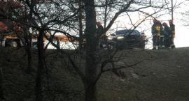 Płowiecka: auto wjechało w barierki, zawisło tuż nad skarpą... [FILM]