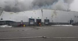 Wciąż trwa gaszenie pożaru na Żeraniu. Mogą być problemy z usługami T-mobile [FOTO]
