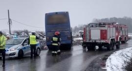 Autobus z 50 pasażerami zderzył się z osobówką i wjechał do rowu