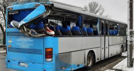 Zderzenie lory wiozącej auta z autobusem PKS