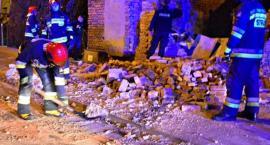 Ściana runęła na chodnik i ulicę