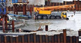 Remont Mostu Gdańskiego - barka z dźwigiem schodzi pod wodę [ZDJĘCIA]