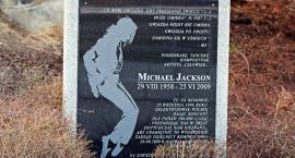 Bemowo: Jackson nie będzie patronem amfiteatru. Zdjęło tabliczkę z jego imieniem