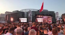 1 sierpnia na pl. Piłsudskiego Warszawiacy śpiewają (nie)zakazane piosenki