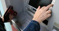 Uwaga na skimmerów! Eksperci radzą, jak bezpiecznie wypłacać z bankomatów