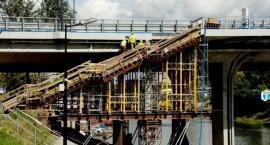 Trwa budowa schodów na most Łazienkowski