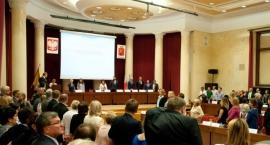 Przepychanki i okrzyki - trwa nadzwyczajna sesja Rady Warszawy ws. reprywatyzacji