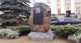 Podmieniono tablicę Lecha Kaczyńskiego przed stołecznym ratuszem. Miasto nic o tym nie wiedziało