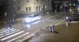 Rozpędzony samochód potrącił na pasach dwie nastolatki [wideo]