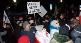 Opozycja zablokowała Sejm. Protest w obronie wolnych mediów czy o władzę?