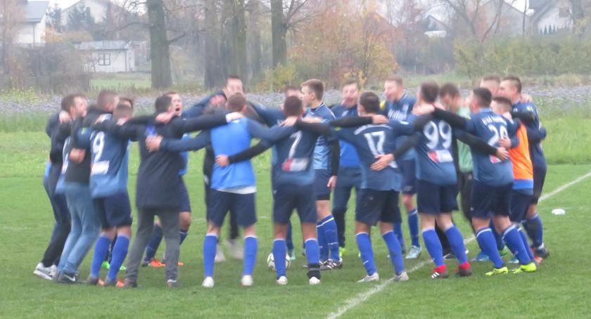 Piłka nożna, Dziecinów górą pozycję lidera - zdjęcie, fotografia