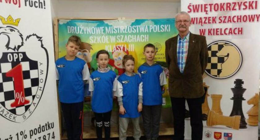 Szachy, Młodzi mistrzowie szachowi Józefowa - zdjęcie, fotografia