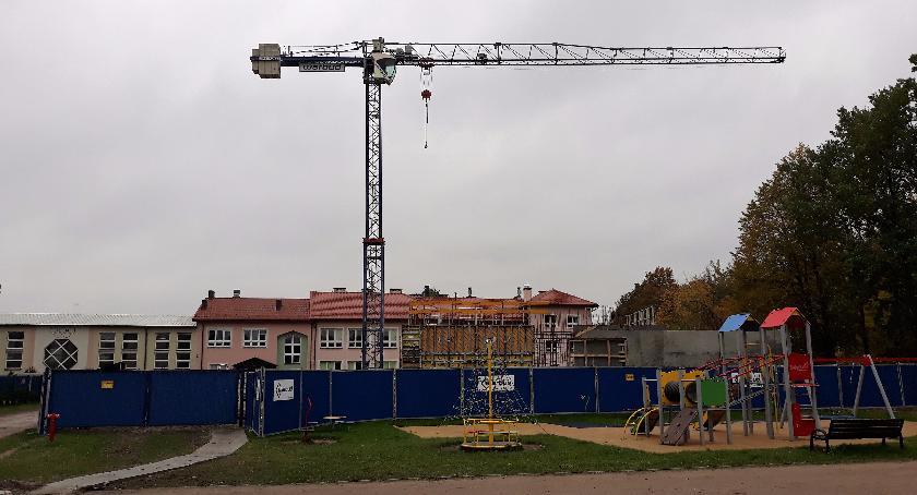 Inwestycje, Zakręt szkoła żurawiem - zdjęcie, fotografia