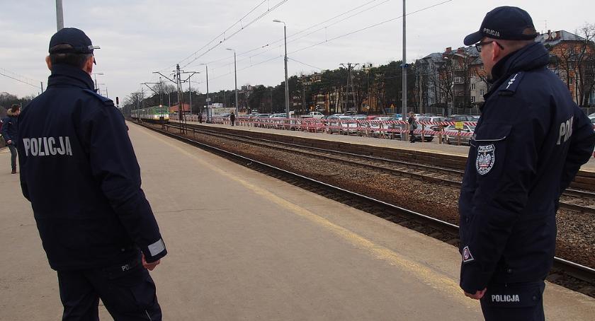 Bezpieczeństwo, Otwoccy dzielnicowi patrolują dworzec - zdjęcie, fotografia