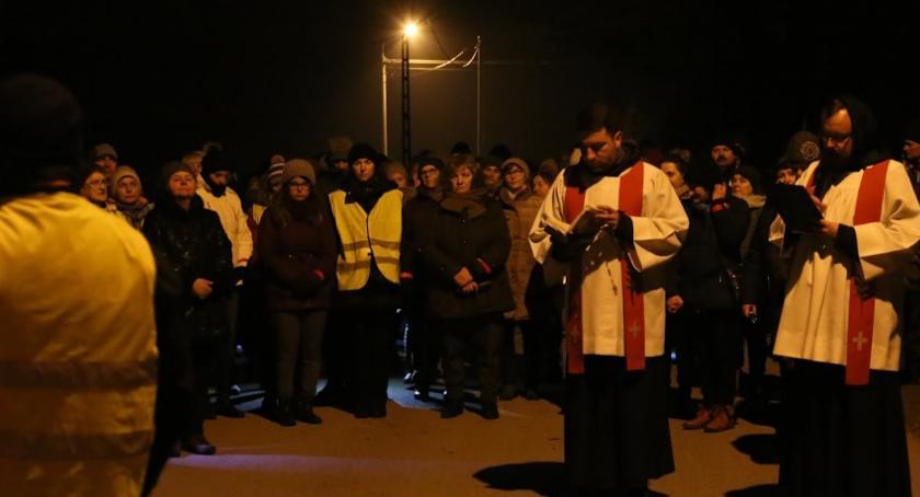 Kościoły , Nocna Droga Krzyżowa Sobieniach Jeziorach - zdjęcie, fotografia