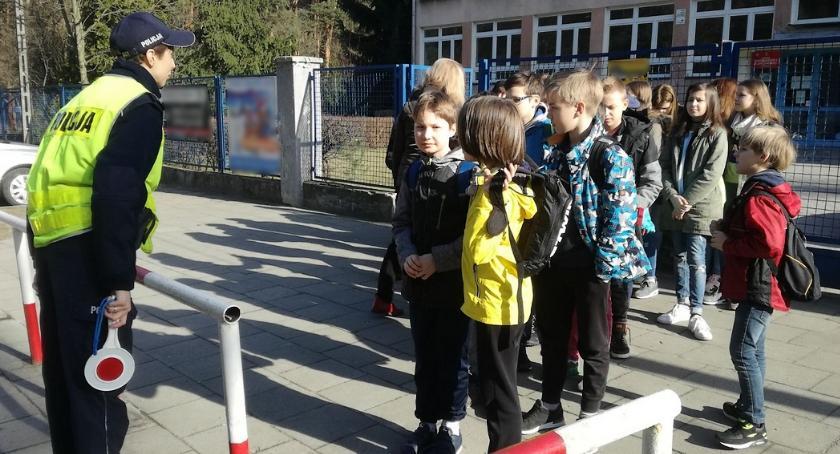 Bezpieczeństwo, Niebezpieczne zabawy szkołami prewencyjne spotkania policjantów uczniami - zdjęcie, fotografia