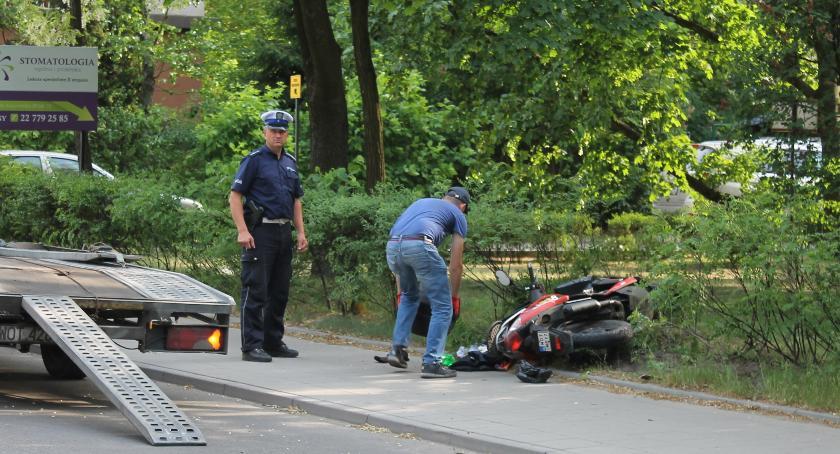 Wypadki drogowe , Zderzenie osobówki skutera - zdjęcie, fotografia
