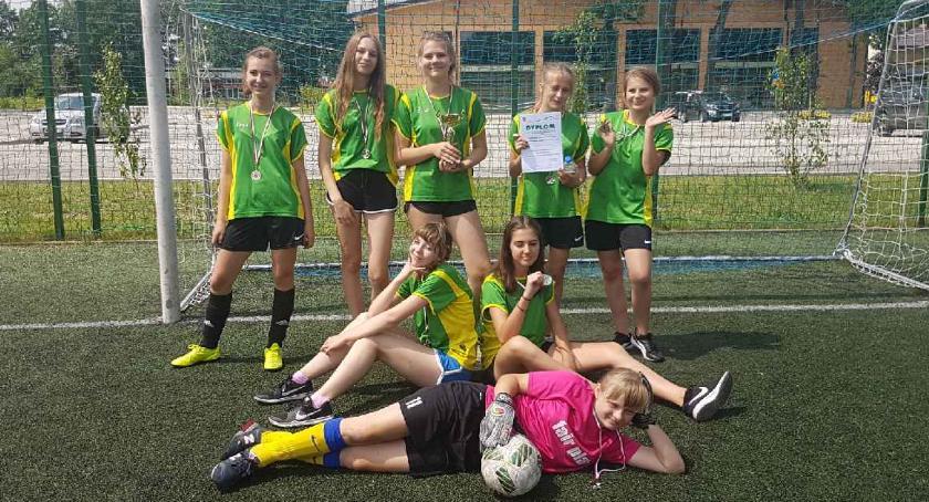 Piłka nożna, Dziewczęta Glinianki najlepiej kopią - zdjęcie, fotografia